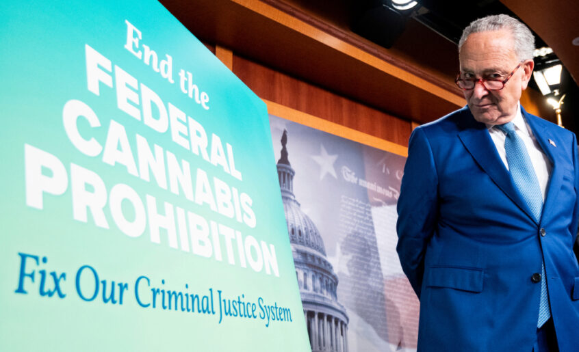 El líder de la mayoría en el Senado, Charles E. Schumer, en conferencia de prensa para revelar un proyecto de ley que despenalizaría el cannabis. (Bill Clark / CQ Roll Call)